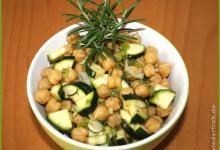 Sommersalat mit Kichererbsen und Zucchini